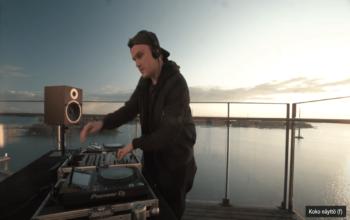 DJ PTL tijdens een optreden op het terras van Skycode op mei 2020